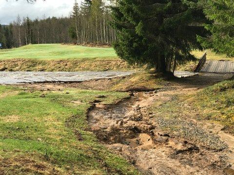 IKKE NOE TIL GOLFBANE: Vannet har flommet over og gjort store skader på golfbanen på Sorknes i Åmot. Foreløpige anslag ligger på skader for rundt 100.000 kroner. Fredagens planlagte åpning av golfbanen er avlyst. (Foto: Fredrik Brun)