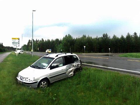 To biler kolliderte i krysset på Løvbergsmoen til innkjøringen mot Hornmoen.