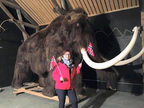 BLIR LITEN: Ordfører Hilde Frankmo Tveråen foran  kopien av Beresovka-mammuten som ble funnet langt nord i Sibir i 1901.