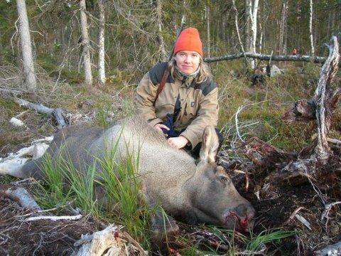EKSKLUDERT: Jaktglade Ingunn Faldaas fra Trysil er ekskludert fra jaktlaget sitt i Varåholla – fordi hun ikke er tilhenger av felling av ulv. Her er hun avbildet under elgjakta i 2011.