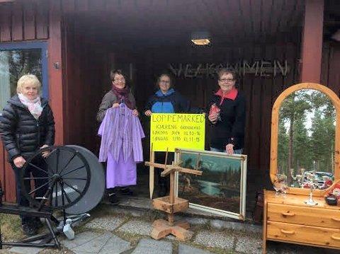 TAR I MOT LOPPER: Komiteen for loppmarkedet i Kjæreng grendehus neste helg ønsker seg lopper.