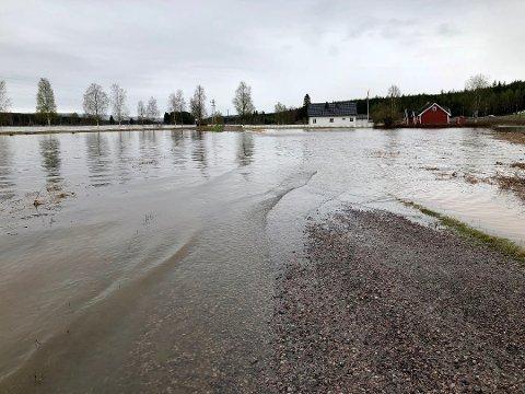OMRINGET AV VANN: Bjørn Kristiansens hus lå som en øy med vann på alle kanter på Rustad i Elverum i vår.