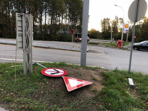 Slik det ser ut, har bilen truffet minst to stolper med skilt i motorvegrysset på Skedsmokorset. Foto: Nina Skyrud