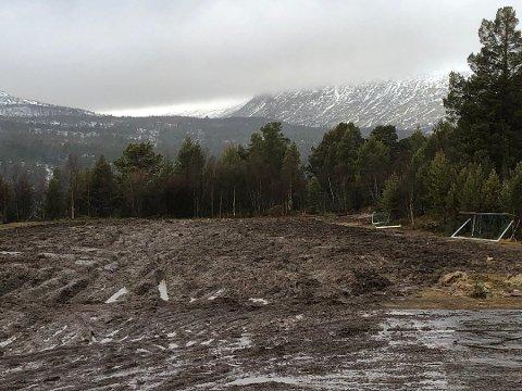 SLAGMARK: Slik ser fotballbanen ut etter at Nato-styrkene har forlatt Øversjødalen. Foto: Privat