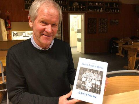 """HOBBY: Å skrive bøker er den store hobbyen til Roar Vingelsgaard, kommunalsjef for oppvekst og kultur i Trysil kommune. Her med sin siste bok, """"Å spille på lag""""."""