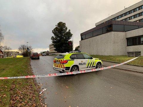 STOR AKSJON: Politiet og nødetatene igangsatte en voldsom aksjon etter at det hvite pulveret ble oppdaget.