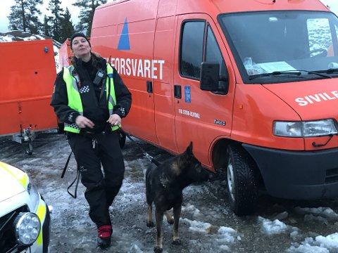 LETTET: Patruljehundfører Ellen Nordby er godt fornøyd med at leteaksjonen fikk et lykkelig utfall. Foto: Rune Hagen