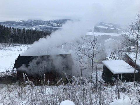 BRANN: Lørdag morgen begynte det å brenne i ei koie på et gårdsbruk i Næroset. Foto: Gaute Freng