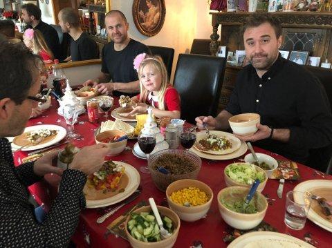 TRIVES MED TACO. Både Therese Albrechtson, samboer Michael Apelgren og ungene Isabelle (7) og Hugo (3) synes det er godt med taco - også på julekvelden. Årets versjon ble inntatt hos Thereses farmor og farfar i Göteborg i Sverige.