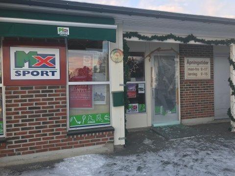 INNBRUDD: Natt til onsdag knuste tyver ruten på sportsbutikken i Folldal og tok med seg varer.