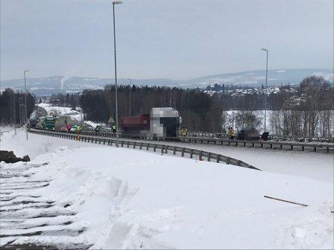 DØDSUKLYKKE: En personbil og en lastebil kolliderte på E6 ved Kåterud i Ottestad mandag formiddag. Politiet har bekreftet at det dreier seg om en dødsulykke.