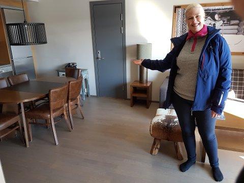 EGET HOTELLROM: Her viser eiendomsmegler Vera Adolfsen frem et av rommene på Trysil Mountain Resort, som nå legges ut for salg. Dette er på 68 kvardratmeter, og inneholder tre soverom.