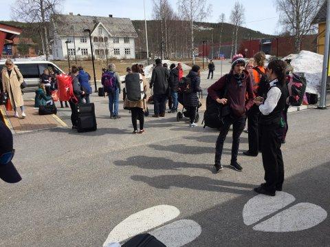AVSTIGNING: Passasjerene ble satt av toget på Koppang søndag ettermiddag. NSB har startet jobben med å finne alternativ transport til de reisende. Foto: Terje A. Hoffstad
