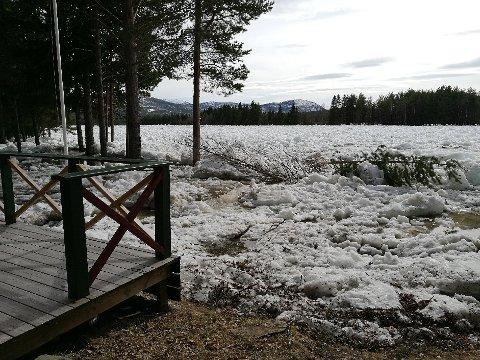 Isgang har ført til oversvømmelse langs Glomma ved Hanestad i Østerdalen søndag ettermiddag. Rørosbanen er stengt for togtrafikk mellom Alvdal og Hanestad på grunn av den høye vannstanden. Foto: Privat