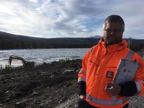 ADVARER: Fungerende regionsjef i NVE Paul Christen Røhr advarer folk mot å oppholde seg for nær Glomma. Det kan være svært farlig i tilfelle isproppen i elva brister. Foto: Turid Alander