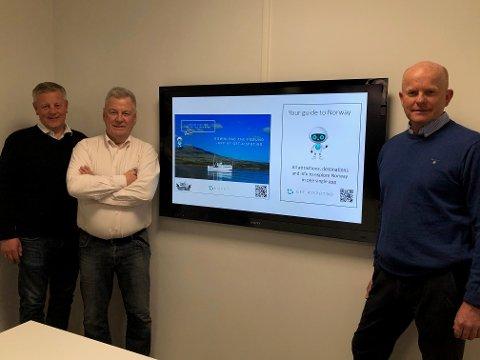 STOLTE: Per Arne Friestad (til venstre), daglig leder i AiSpot, viser stolt frem den nye appen sammen med Jan Aage Røtnes og Harald Jellum i AS Fæmund.