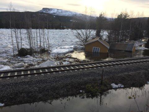 FORTSATT ISPROPP: Den minker og minker, men proppen sitter fortsatt fast, og folk i Grøttinggrenda er isolert.