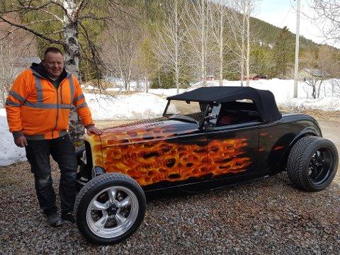 1.085 KILO: Frank Heggeriset ved siden av veteranbilen, som kun veier 1.085 kilo.