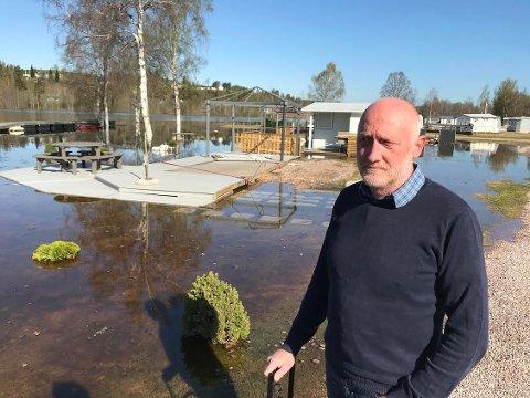VARSLET: Lars Ole Sveen. driver av Rena camping, måtte varsle alle campingvogneierne om evakuering da vannmassene i Prestsjøen steg.