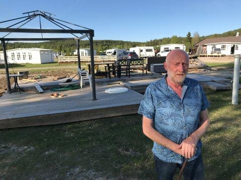 BER OM STØTTE: Driver Lars Ole Sveen ved Rena Camping håper inderlig at campingen unngår flom i år. Her etter oppryddingen etter flommen i 2018.
