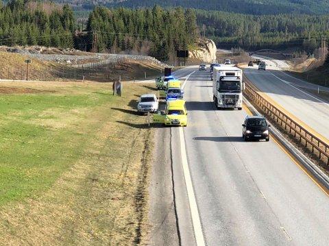 PÅKJØRSEL BAKFRA: En bil ble påkjørt bakfra av en annen på E6 ved Tangen i Stange fredag ettermiddag. Foto: Lars Bryhn Nyland
