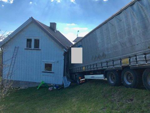 TRØBBEL I RINGSAKER: Her endte ferden for lastebilen. (Alle foto: Gaute Freng)