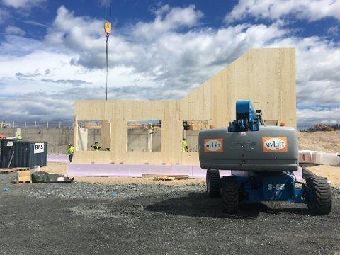 Mandag kom massivtre-elementene til byggeplassen på den nye skolen i Ydalir, og det hele begynner så smått å ta form.