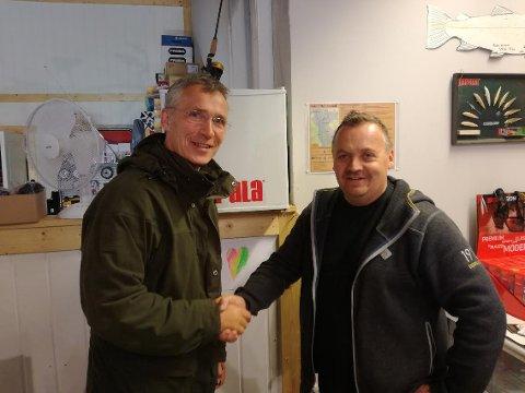 OVERRASKET: - Veldig hyggelig og veldig overraskende, sier Bjørnar Størmsmoen som plutselig fikk besøk av generalsekretær Jens Stoltenberg på sportsbutikken på Åkrestrømmen.