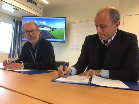 SIGNERTE: Prosjektdirektør i Skanska Ketil Sand (til venstre) og administrerende direktør i Moelven Limtre, Rune Abrahamsen, signerte storkontrakten mandag.