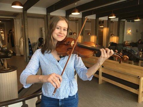 SOSIALT: Oppholdet på Elverum Folkehøgskule er et musikalsk og sosialt høydepunkt for Frida Drevland Tømmerberg fra Elverum. (Foto: Erik Larsen)