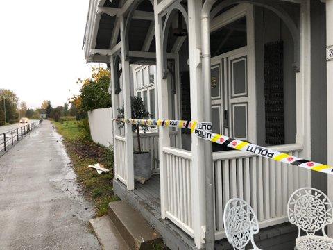 Brannen ble raskt slukket. Huset som ligger i Skarnes sentrum, fikk ingen synlige skader utvending.