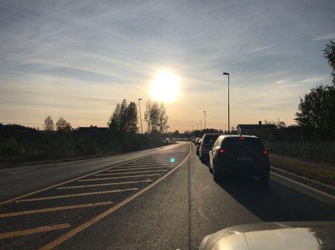 TETT TRAFIKK: Ved 16.50-tiden var det tett og saktegående trafikk inn mot Elverum på riksveg 25. Foto: Monica Stensrud
