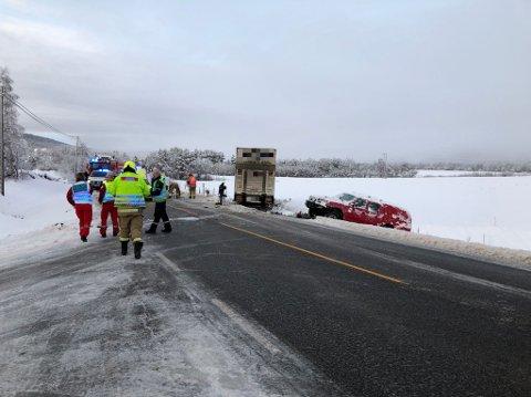 Det var totalt fire personer involvert i ulykken; tre i personbilen og én i vogntoget.