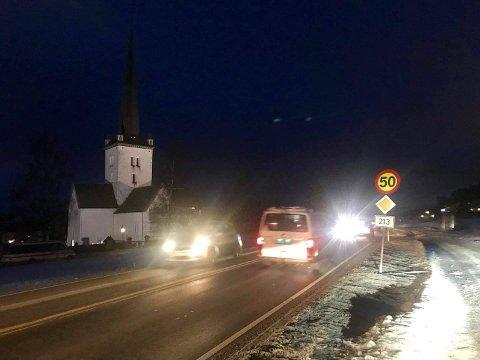 OMKJØRING: I flere uker har E6-bilistene måtte kjøre om Ringsaker kirke til, fra og forbi Moelv. Fra onsdag morgen er det slutt på det.