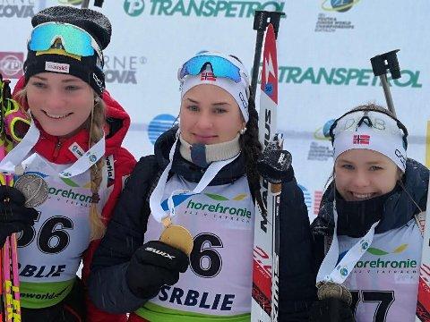 ENORM INNSATS: I konkurranse med verdens beste juniorer, sikret to Hedmark-jenter gull og sølv på sprinten i junior-VM fredag. Maren Bakken fra Os (i midten) vant, mens Marte Carlson Møller (t.h.) ble nummer tre.