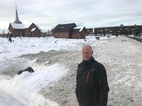 TRIST: - Beklagelig og trist at rundt 100 graver er dekket av møkket og hardpakket snø. sier kirkegårdsarbeider Atle Bech ved Elverum kirke.