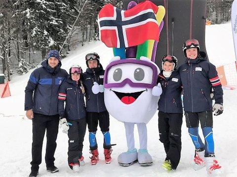 BRONSELAGET: Denne talentfulle gjengen tok bronse i ungdoms-OL mixed parallel team event fredag. F.v.: Anna Bryn Mørkeset, Oscar Zimmer, Sofie Aam Olsen og Andreas Amdahl. I midten står mesterskapets maskot.