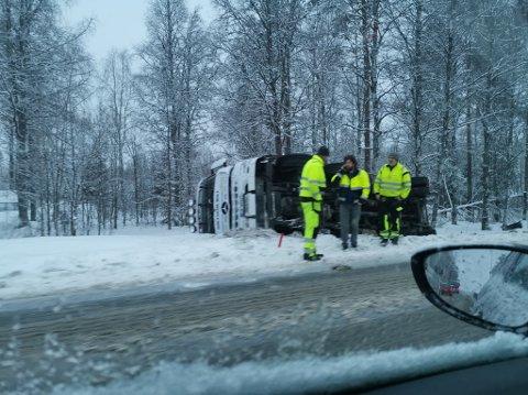 KJØRTE AV: Torsdag morgen kjørte denne betongbilen av vegen på rv. 25 mellom Hamar og Elverum. (Foto: Privat)