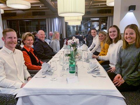 SEEFELD: Kong Harald og dronning Sonja hadde middag med flere medaljevinnere i Seefled tirsdag kveld. Fra v. Robert Johansson, dronning Sonja, kong Harald, Maren Lundby, Jørgen Graabak, Therese Johaug, Anna Odine Strøm og Ingvild Flugstad Østberg.