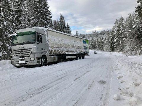 Den bulgarske trekkvognen med svenskregistrert semihenger står fast i Stampetjernsberget sør for Øyermoen på E16. Foto: Jens Haugen