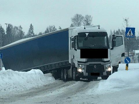 I GRØFTA: Traileren sperrer innkjøringa til Europris og Circle K fra rundkjøringa på Kallerud. Foto: Tipser