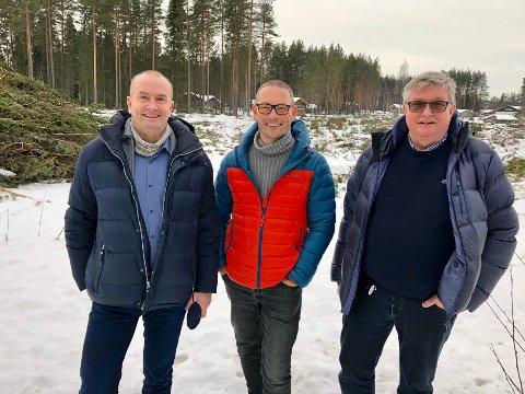 Adm. dir. Sven Inge Sunde (fra venstre), prosjektleder Espen Skjærbakken og avdelingsdirektør Jan Hoff Jørgensen foran det avskogede området der Anno Dokumentasjonssenter skal bygges. (Foto: Stine S. Skjæret/Anno)