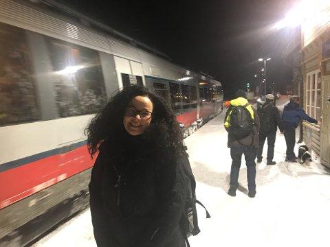 TAR DET MED ET SMIL: - Jeg har vært med på så mye kaos og forsinkelser med NSB at jeg kan ikke annet enn å le, sier Hege Bjørnstad.