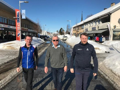 MÅ TILBAKE: - Vi må få tilbake liv i Rena sentrum, og da må Birken flytte nummerutdeling og salgsteltet tilbake til Torget, sier butikksjef Knut Arve Larsen, Intersport,tidligere leder i Åmot næringsutvikling, Jan Bråten og butikksjef i Sport1, Ragnar Bjørsland.