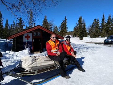 SOLSKINN: Elverum Røde Kors Hjelpekorps er på plass på Flishøgda. Her representert ved Øyvind Østby og Trond Walstad.