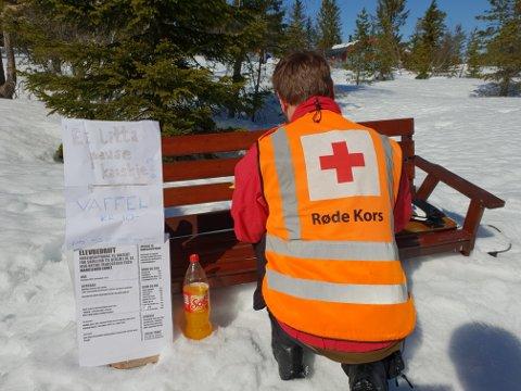 Løten røde kors er ute på patrulje og møter på en gutt som jobber med skoleprosjektet sitt. Foto: Hedmark Røde Kors Hjelpekorps