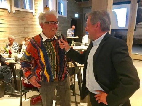 LYSTIG LAG: Gunnar Tronsmoen var i storform under sitt 90-årslag lørdag. Her intervjues han av toastmaster og sambygding, Avle Christen Bjørn.