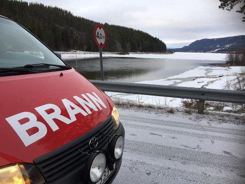ØVELSE: Brannvesenet skal øve på Lomnessjøen i Rendalen lørdag og søndag. Foto: Midt-Hedmark brann- og redningsvesen