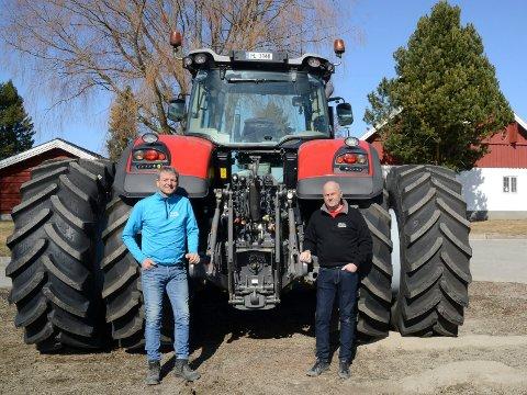 HILSER VELKOMMEN: – Vi hilser høyhstighets bredbånd veldig velkommen, sier Ola Håkonsen,til venstre, og Tom Arne Tøråsen.