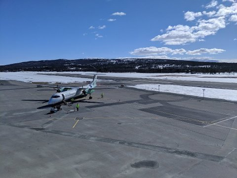 I RUTE: Dash 8-Q400 på flyoppstillingsplassen. Foto: Gudbrand Rognes